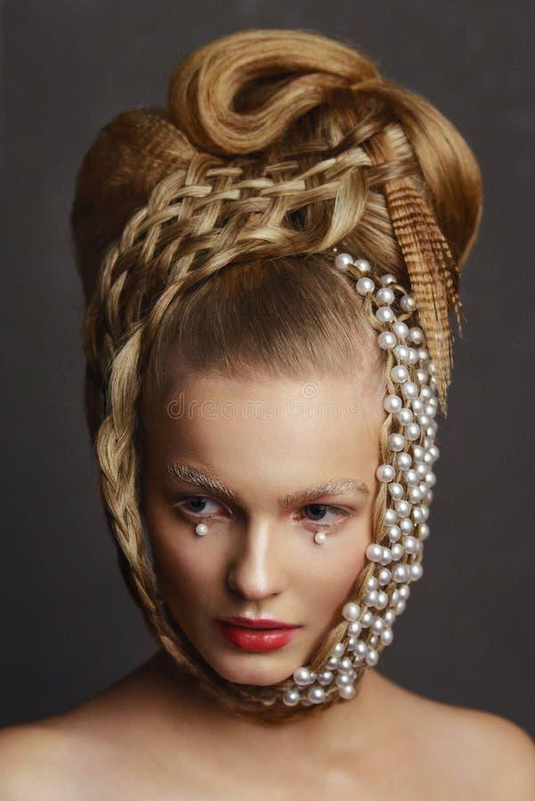 Retrato da beleza da jovem mulher com penteado criativo da forma imagem de stock