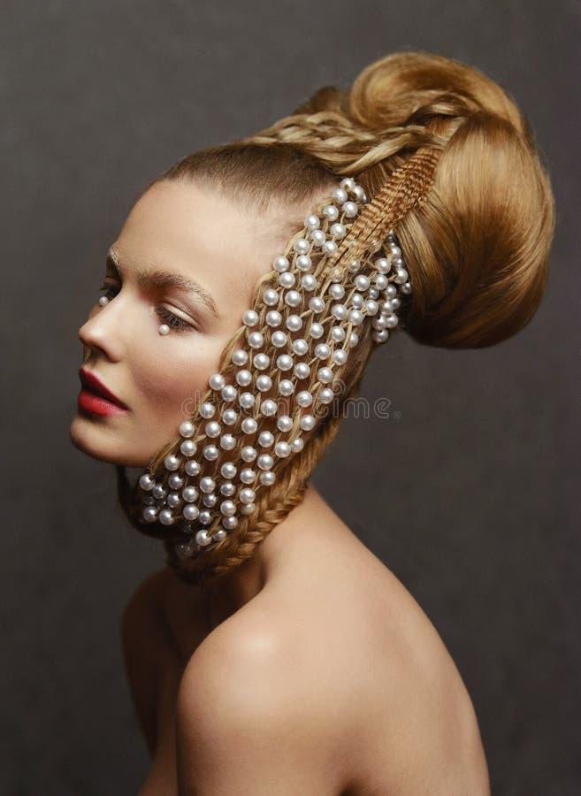 Retrato da beleza da jovem mulher com penteado criativo da forma imagens de stock royalty free
