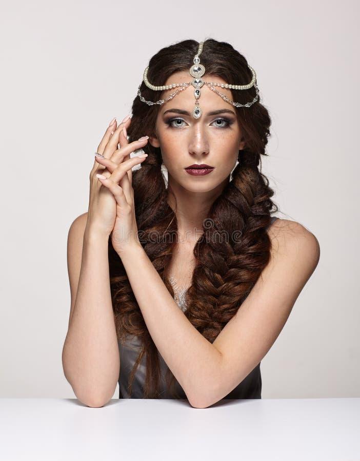 Retrato da beleza da jovem mulher no diadema da pérola Wi morenos da menina imagens de stock royalty free