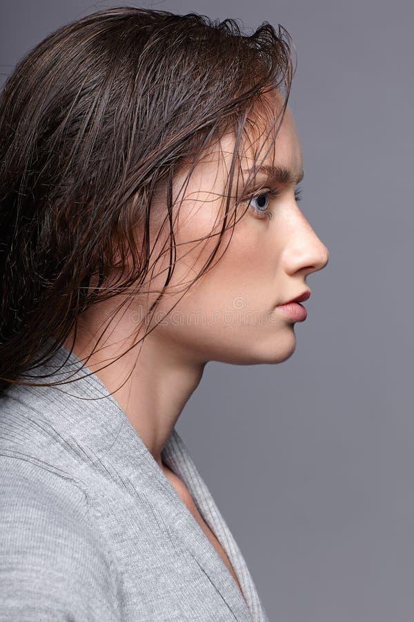 Retrato da beleza da jovem mulher no vestido cinzento menina moreno com fotos de stock