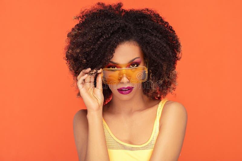 Retrato da beleza da menina afro em ?culos de sol elegantes imagem de stock royalty free