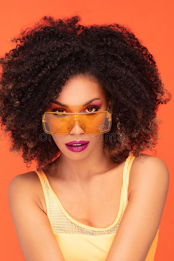 Retrato da beleza da menina afro em ?culos de sol elegantes fotografia de stock royalty free
