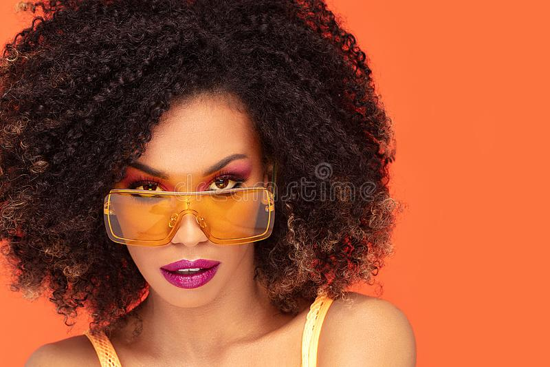 Retrato da beleza da menina afro em ?culos de sol elegantes fotos de stock