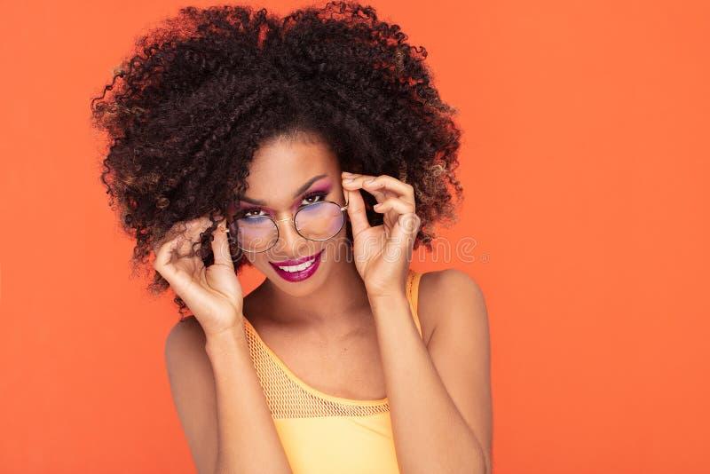 Retrato da beleza da menina afro em mon?culos elegantes foto de stock royalty free