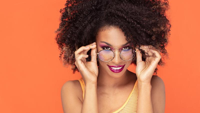 Retrato da beleza da menina afro em mon?culos elegantes imagens de stock