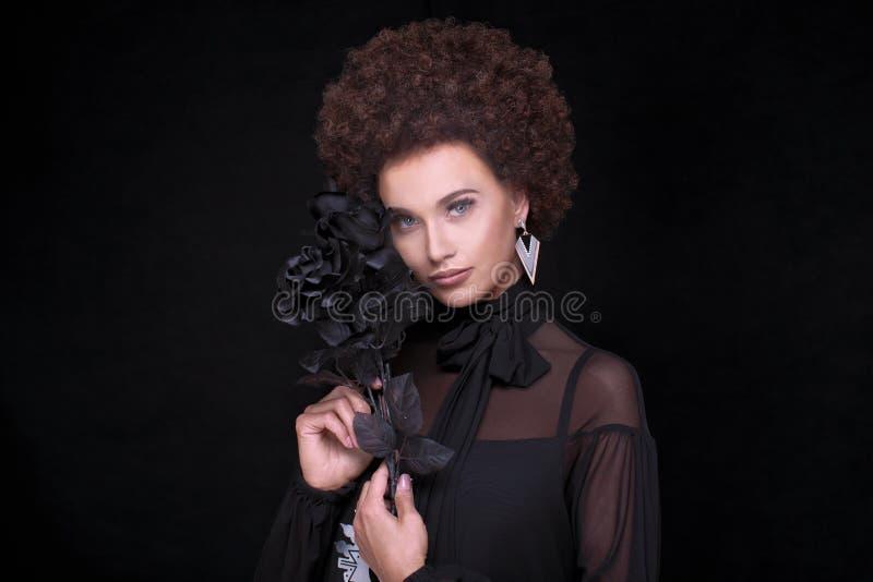 Retrato da beleza da menina elegante com afro fotos de stock royalty free