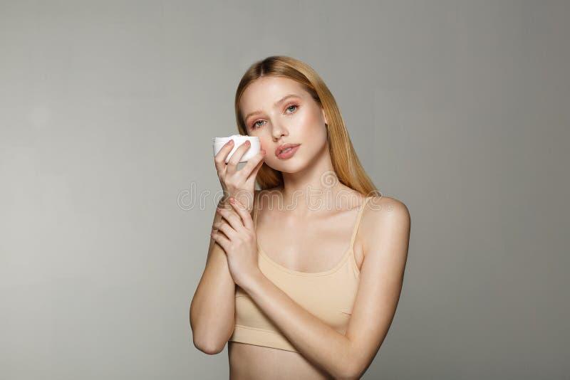 Retrato da beleza da menina loura nova com composição nude perfeita fotos de stock
