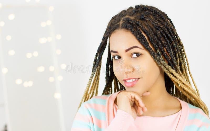 Retrato da beleza da mulher afro-americano com composição afro do penteado e do encanto foto de stock