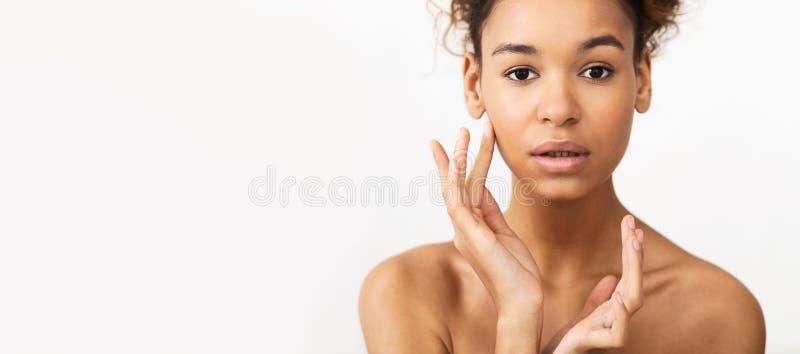 Retrato da beleza da mulher afro-americano sobre o fundo imagens de stock