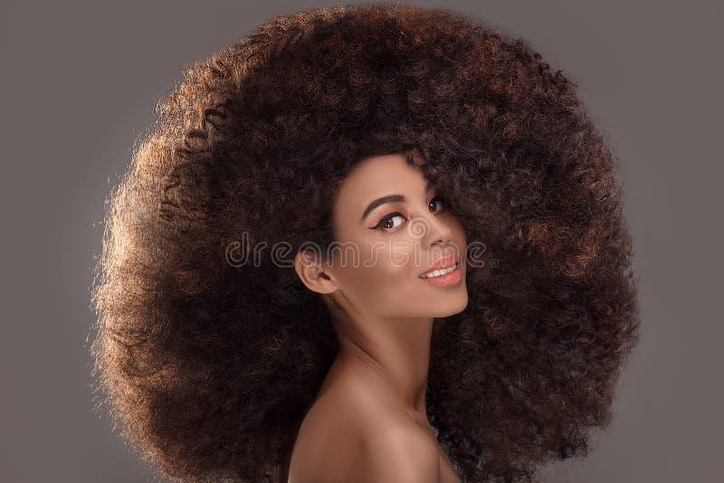 Retrato da beleza da mulher atrativa no penteado afro fotos de stock