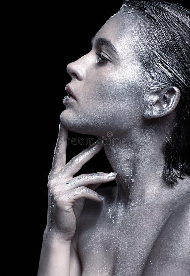Retrato da beleza da mulher lindo nova Fêmea com mão perto de f fotos de stock royalty free