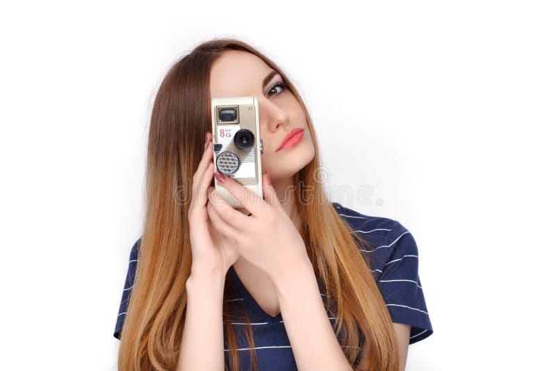 Retrato da beleza da mulher loura de vista fresca adorável nova com vintage câmera do cinema de 8 milímetros na camisa azul de t  imagem de stock
