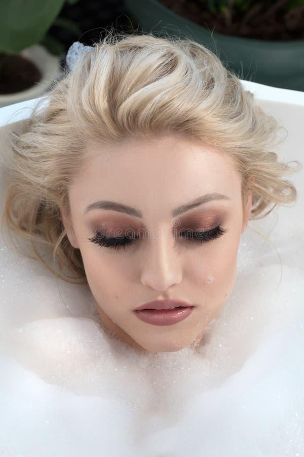 Retrato da beleza da mulher no banho fotos de stock
