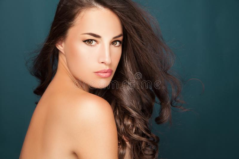Retrato da beleza da mulher nova foto de stock