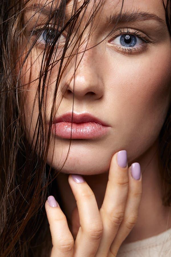 Retrato da beleza da mulher nova Menina moreno com azul brilhante e foto de stock royalty free