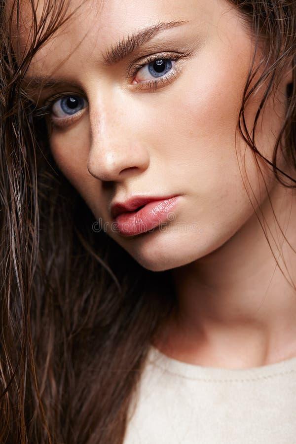 Retrato da beleza da mulher nova Menina moreno com azul brilhante e imagem de stock royalty free