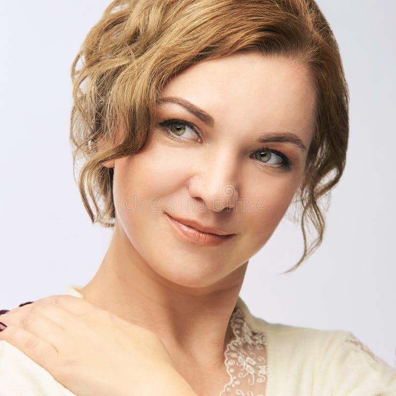 Retrato da beleza da mulher nova Olhar fêmea bonito Conceito do estúdio fotografia de stock royalty free