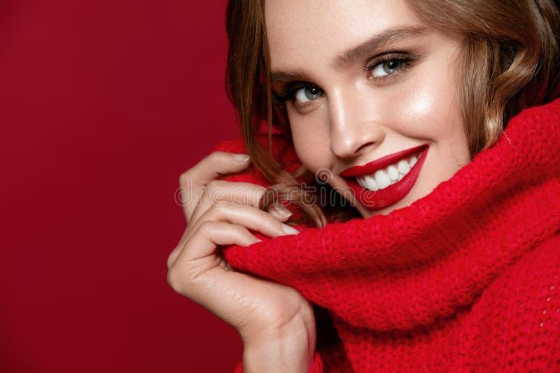 Retrato da beleza da mulher With Red Lips modelo fêmea 'sexy' imagens de stock