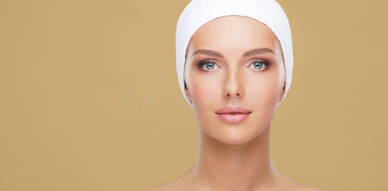 Retrato da beleza da mulher saudável e atrativa Rosto humano em um conceito dos termas, cuidados com a pele, cosméticos, composiç imagens de stock