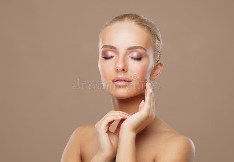 Retrato da beleza da mulher saudável e atrativa Rosto humano em um conceito dos termas, cuidados com a pele, cosméticos, composiç fotografia de stock