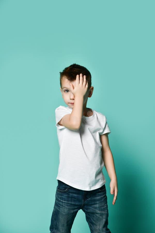 Retrato da cabeça de inclinação furada triste infeliz do menino da criança na palma que olha com virada imagens de stock