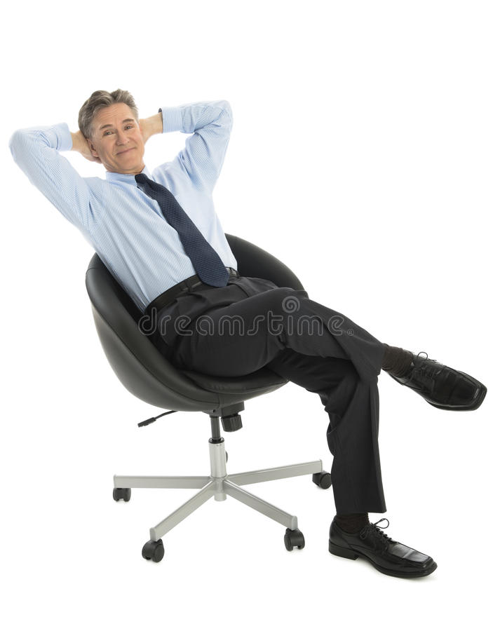Retrato da cadeira relaxado de Sitting On Office do homem de negócios imagens de stock