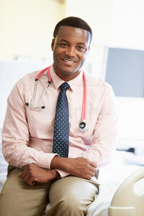 Retrato da cama masculina do doutor Sitting On Hospital fotos de stock royalty free