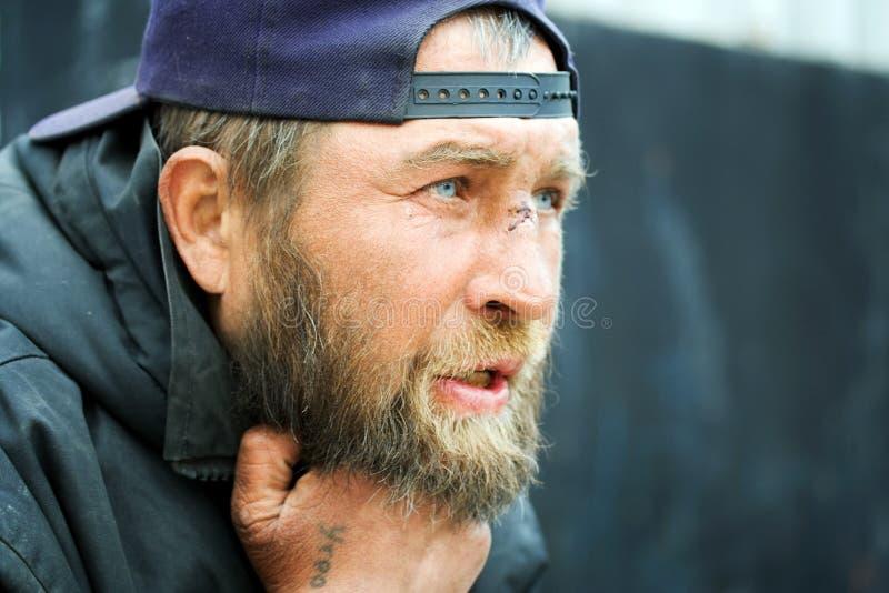 Retrato da caminhada dos sem abrigo. fotos de stock royalty free
