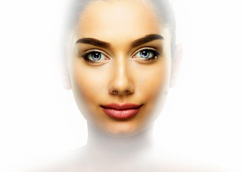 Retrato da cara da beleza A jovem mulher com bordos bonitos isolou o fotos de stock