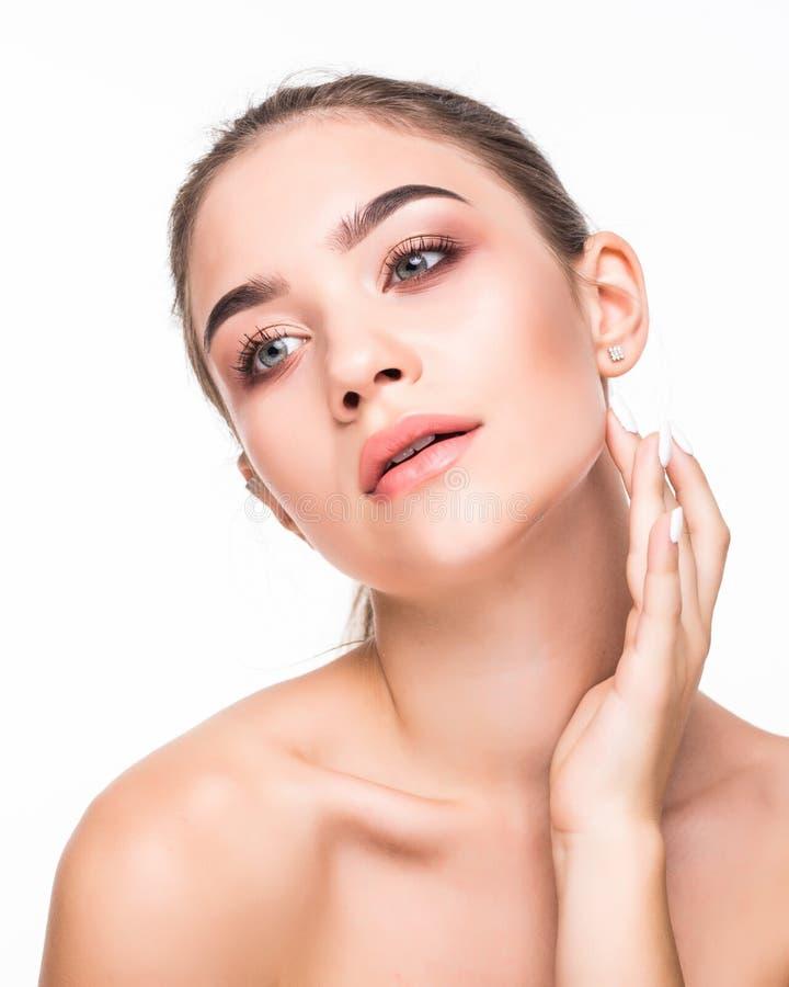 Retrato da cara da beleza da mulher isolado no fundo branco com pele saudável Conceito da cosmetologia e dos cuidados com a pele imagens de stock