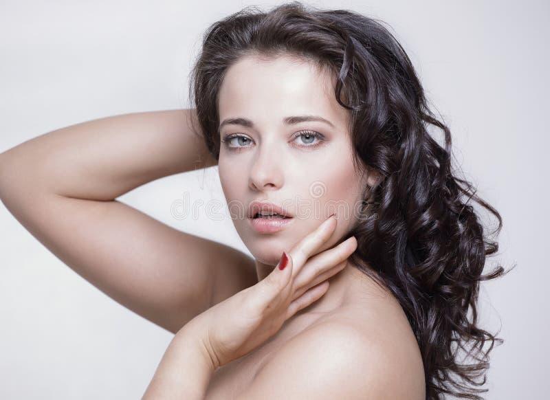 Retrato da cara da beleza da mulher no branco com pele saudável fotografia de stock