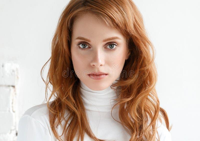 Retrato da cara da mulher da beleza com mãos Conceito da juventude e dos cuidados com a pele imagens de stock royalty free