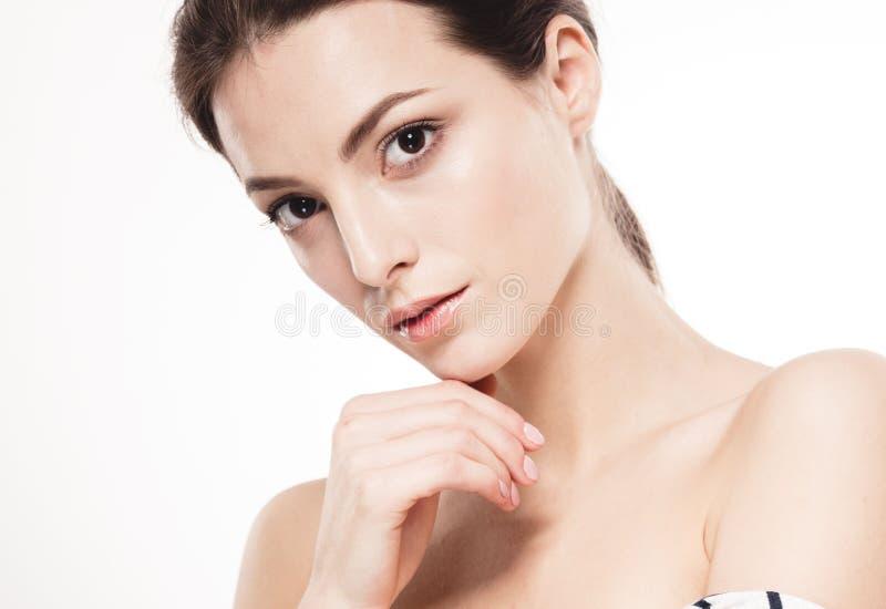 Retrato da cara da mulher da beleza Menina bonita do modelo dos termas com pele limpa fresca perfeita Fundo branco isolado imagem de stock