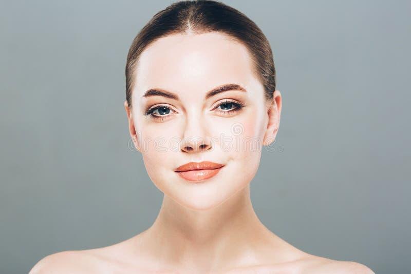 Retrato da cara da mulher da beleza Menina bonita do modelo dos termas com pele limpa fresca perfeita Fundo cinzento imagens de stock