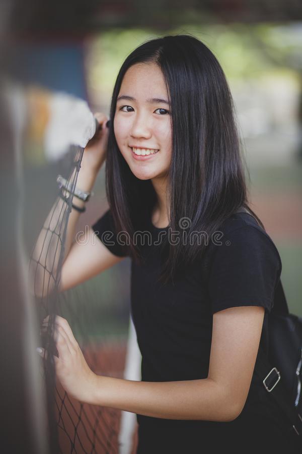 Retrato da cara de sorriso do adolescente asiático que relaxa no estádio do esporte fotos de stock