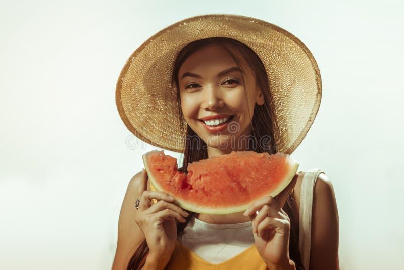 Retrato da cara do close-up da mulher que mantém a parte da melancia nas mãos fotografia de stock royalty free