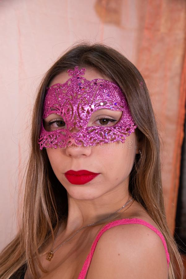 Retrato da cara da jovem mulher bonita com máscara vermelha do carnaval venetian imagens de stock royalty free