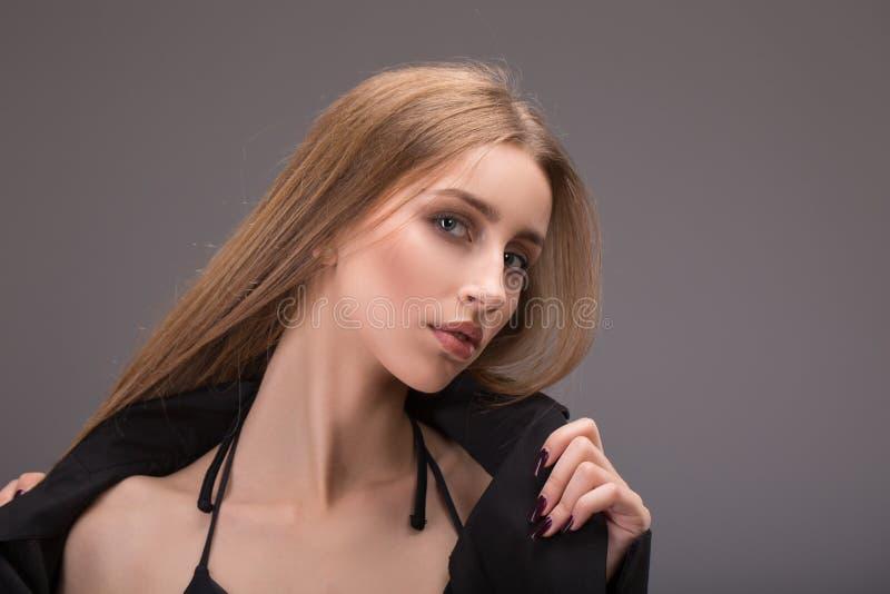 Retrato da cara da mulher da beleza Girl modelo bonito com pele limpa fresca perfeita imagem de stock
