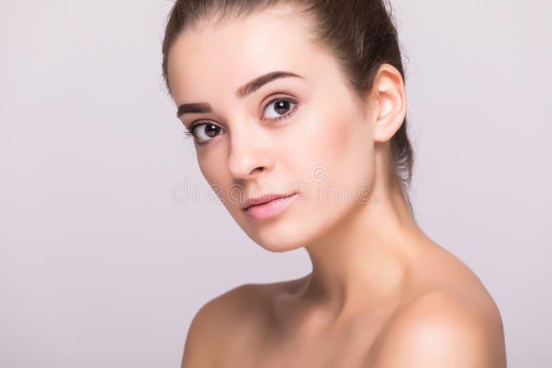 Retrato da cara da mulher da beleza Menina bonita do modelo dos termas com pele limpa fresca perfeita Câmera de vista fêmea imagens de stock royalty free