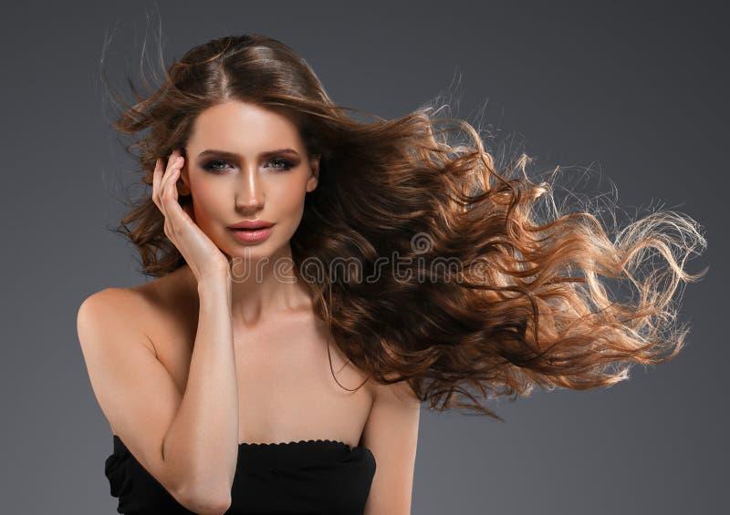 Retrato da cara da mulher da beleza Menina bonita do modelo dos termas com pele limpa fresca perfeita Câmera de vista fêmea moren imagem de stock