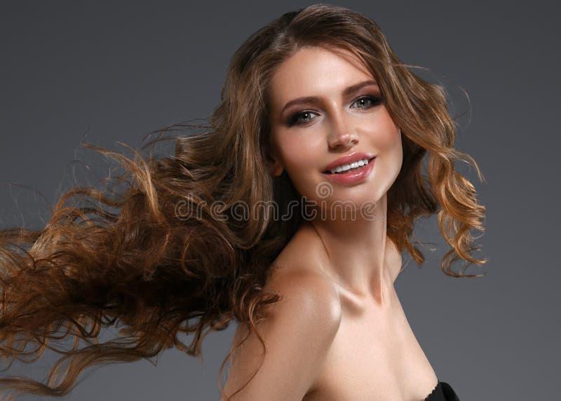 Retrato da cara da mulher da beleza Menina bonita do modelo dos termas com pele limpa fresca perfeita Câmera de vista fêmea moren imagem de stock royalty free