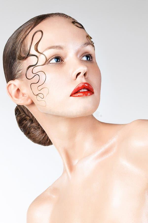 Retrato da cara da mulher da beleza Menina bonita do modelo dos termas com pele limpa fresca perfeita Câmera de vista fêmea moren fotos de stock