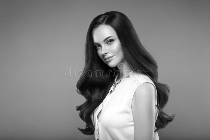 Retrato da cara da mulher da beleza Menina bonita do modelo dos termas com perfec foto de stock