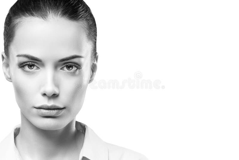 Retrato da cara da mulher da beleza Menina modelo que levanta no estúdio na camisa Tiro preto e branco da fêmea, limpando imagem de stock royalty free