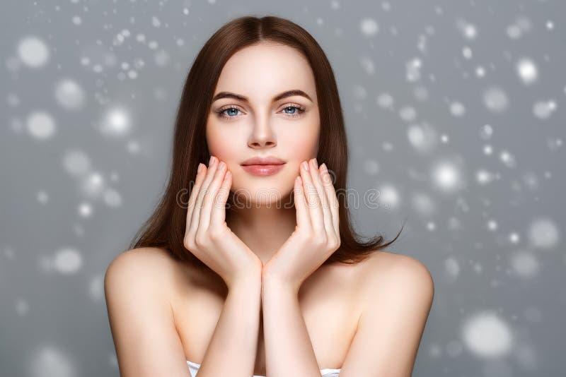 Retrato da cara da neve do inverno da mulher da beleza Menina bonita do modelo dos termas foto de stock royalty free