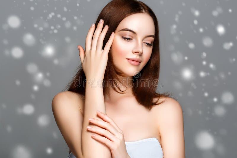Retrato da cara da neve do inverno da mulher da beleza Menina bonita do modelo dos termas fotografia de stock
