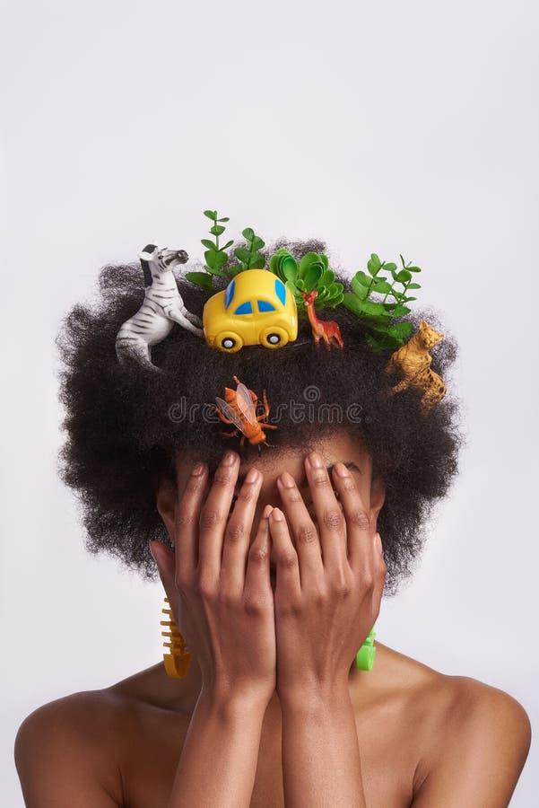 Retrato da cara próxima da senhora étnica com mãos imagem de stock