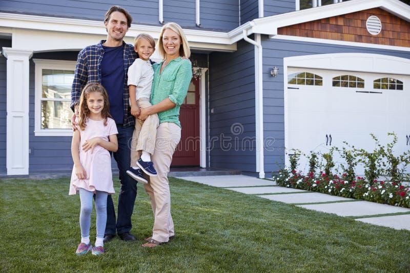 Retrato da casa exterior ereta da família imagem de stock