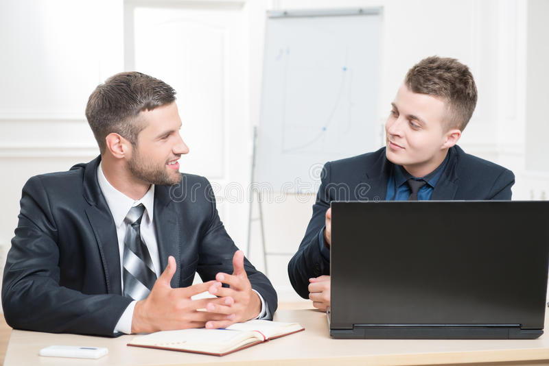 Retrato da cintura-acima de dois homens de negócios consideráveis dentro imagens de stock