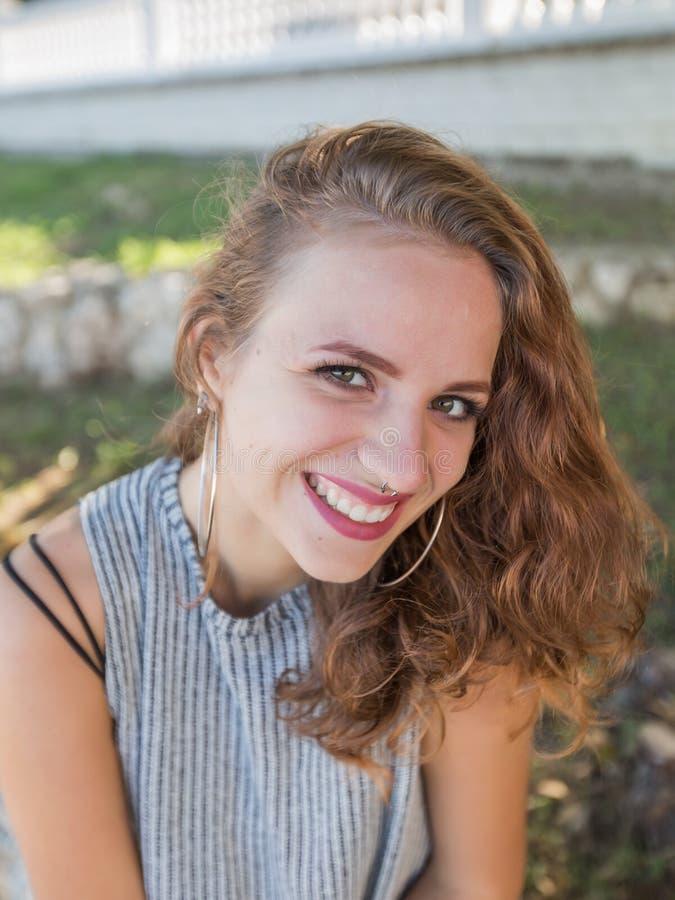 Retrato da cintura-acima da jovem mulher no parque fotografia de stock